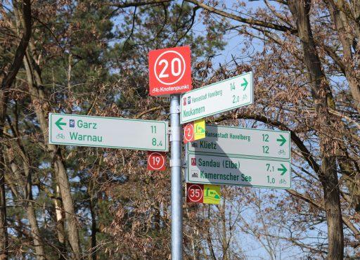 Knotenpunkt 20 in Kamern der neuen Radwegweisung im Elb-Havel-Winkel
