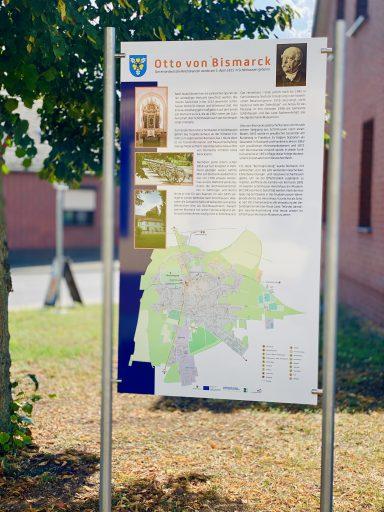 Informationstafel über Otto von Bismarck und Ortsplan Schönhausen